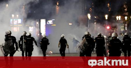Сръбската полиция задържа няколко души в Белград до сградата на
