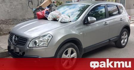 Кола бе отрупана с боклук на пловдивска улица в Кършияка.