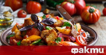 Салата Панцанела е сред най-популярните италиански салати. Тя е лека,