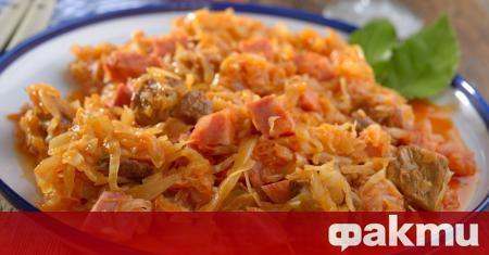Необходими продукти: 1 голяма зелка 2 моркова 500 гр. свинско