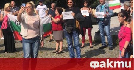 Десетки българи вчера излязоха на протест в Прага, солидарни с