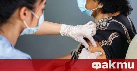 След здравните работници, правителството започна да ваксинира възрастни хора от