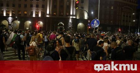 Хиляди български граждани в момента се намират пред сградата на
