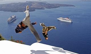 Гърция реже туристите на Санторини