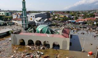 Нараства броят на жертвите в Индонезия