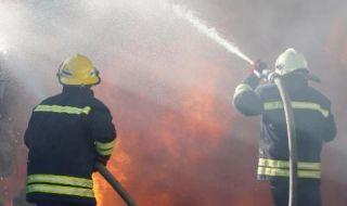Бус се преобърна и запали след удар с камион на АМ
