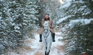Ким отново яхна бял кон
