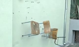 Вандали забиха столове в стените на училище