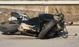 Мъж и дете на мотор пострадаха при удар в кола - 1