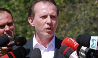 Искат оставката на премиера след уволнение на министър