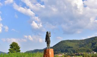 Откриха новата статуя на Мелания Тръмп в Словения