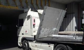 Камион се заклещи под мост в Пловдив
