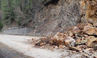 Скална маса затвори едната лента на пътя Белово - Юндола - 1