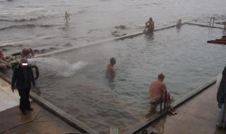 """Варненски полицаи едва изгониха къпещите се от """"Топлата вода"""""""