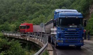 Катастрофа между два камиона затвори пътя за Велинград