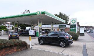 Великобритания остана и без бензин, хората панически изкупуват горивото - 1