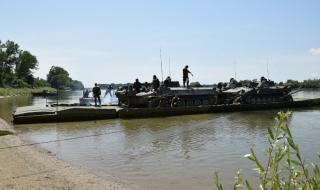 Военните проведоха учение с плавателна платформа на брега на Дунав
