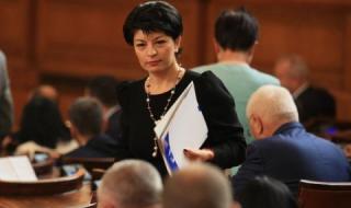 Десислава Атанасова към Радев: Защо губите времето на жената с жестомимичния превод