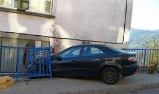 23-годишна разби колата си в къща в Смолян
