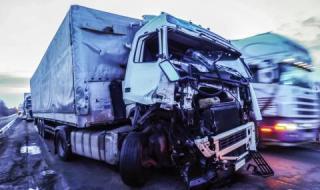 Един загина при челен удар между кола и ТИР