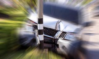 23-годишен заби колата си в ограда и рани спътник