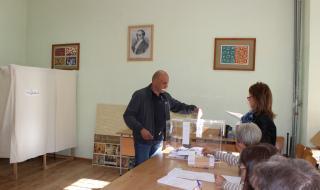 Томислав Дончев гласува в родния си град