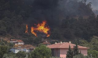 Туристи бягат от пожарите в турските курорти - 1