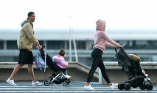 Роналдо излезе на разходка с любимата му и две от децата