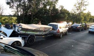 Пет автомобила и лодка се сблъскаха край Ченгене скеле - 1