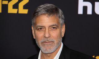 """Джордж Клуни се изявява като фризьор и """"домакиня"""" извън екрана - 1"""