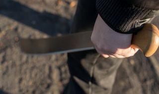 Мъж с мачете спретна страшен екшън в заведение на пъпа на София