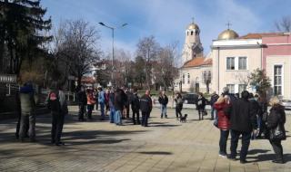 Оръжейници от Лясковец излязоха на протест заради винетките