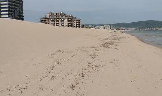 Пясъчни диги препречват достъпа до морето