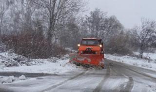 Сняг затрупа Северозапада, остави селища без ток, коли закъсаха по пътищата