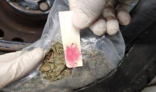 Съседите заловиха двама българи пренасяли 126 кг марихуана