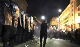 """Фотограф на агенция """"Франс прес"""" ранен на протестите в България"""