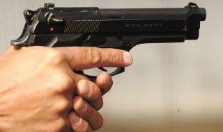 Треньор стреля с пистолет 8 пъти край тъч линията след мач