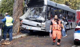 Двуетажен автобус се преобърна в Чехия