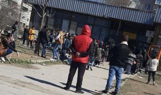 """Коронавирусът не плаши циганите в """"Столипиново"""", тълпят се за социални помощи"""