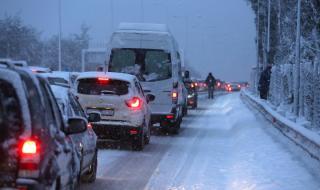 Студ в Гърция, затвориха пътища