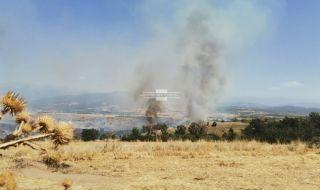 Голям пожар в Благоевградско, доближава се до къщите - 1