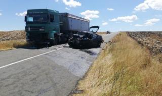 Шофьор на лек автомобил загина, размазвайки се в камион