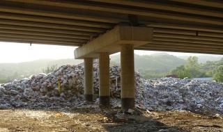 """Собственикът на запаленото сметище ще чисти под моста на АМ """"Струма"""""""