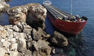 Адвокат за заседналия кораб: Трябва да сме готови с иск за обезщетяване - 1