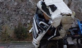 Тежка катастрофа между два камиона на пътя Ботевград – Мездра, участъкът е затворен