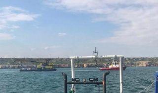 Торове от заседналия кораб изтичат в морето - 1