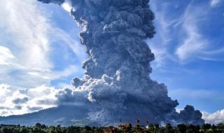 Вулканът Синабунг отново изригна