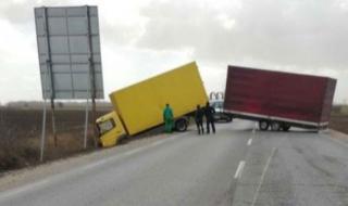 """Силен вятър усука камион на АМ """"Хемус"""""""