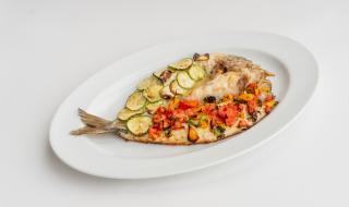 Рецепта за вечеря: Печен лаврак с тиквички