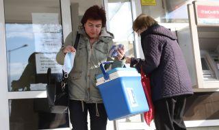 София: лекари чакат ваксини пред РЗИ с хладилни чанти